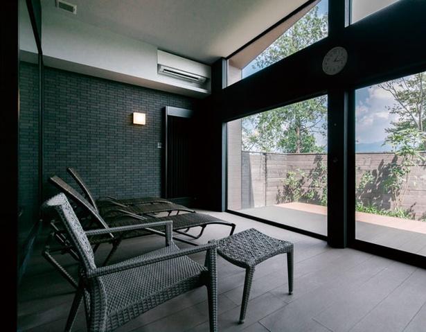 【写真を見る】農のオーベルジュ 白金の森 / デッキチェアを配した大浴場のリラックスルーム