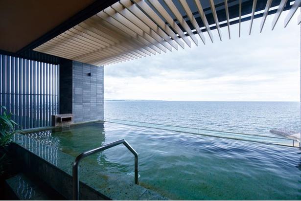 最上階にあるインフィニティ風呂は幅約20m。空と海と湯舟が一体化したのような感覚に。夜の入浴もいいが、海を見渡せる夕刻がオススメ! / REX HOTEL 別府