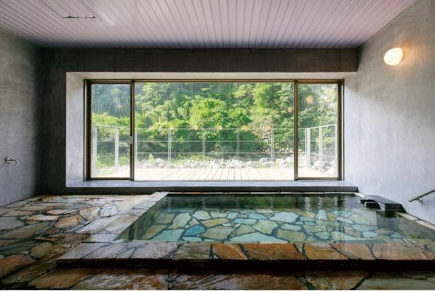 【写真を見る】対岸は人工物が一切ない渓谷のみ。自然の息吹と温泉を満喫しよう / 温泉ホテル LINGO