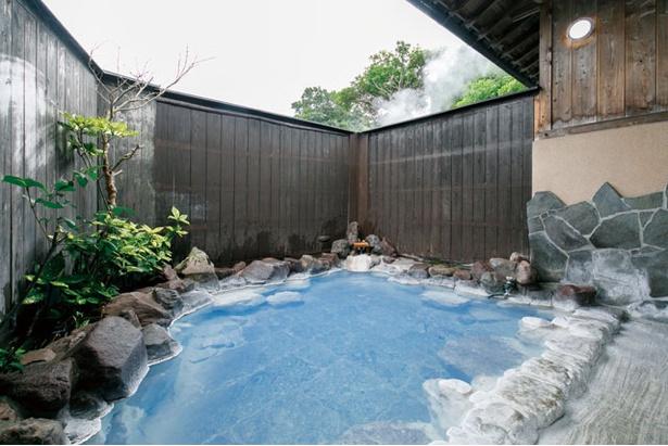 温泉に蒸気を当て、メタケイ酸を結晶化させることで、より濃いブルーにするという一番人気の「照湯」 / 別府おぐら
