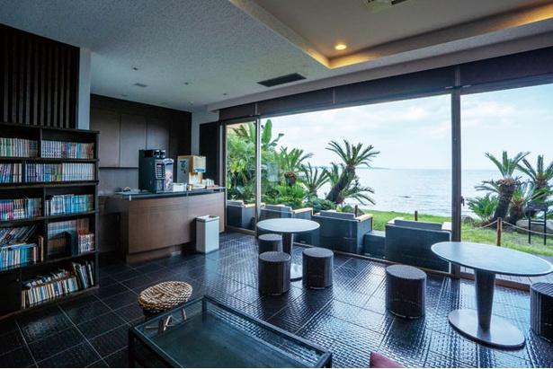 風呂上がりは海を見晴らすラウンジでセルフサービスのコーヒーも飲める / AMANE RESORT SEIKAI 潮騒の宿 晴海