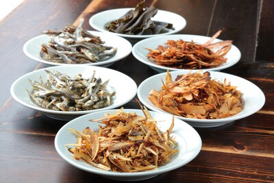 【写真を見る】厳選した約30種類の天然素材が、スープの旨味を形成している