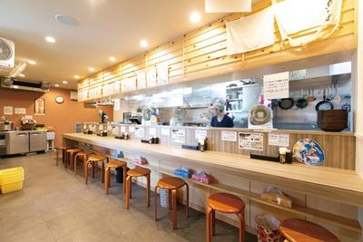 「鳥そば 真屋(まことや)」(岐阜県大垣市)にはカウンターのほかテーブル席もある。外には、屋根付きの待合所も完備した