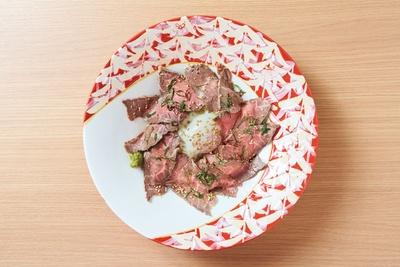 九州産黒毛和牛のローストビーフ丼(1500円)がイチ押し / 天山多久温泉 TAQUA