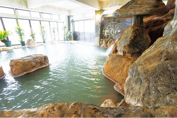 妙見温泉で一番の広さを誇る大浴場や岩風呂など、源泉かけ流しで温泉を楽しめる / 妙見温泉 ねむ