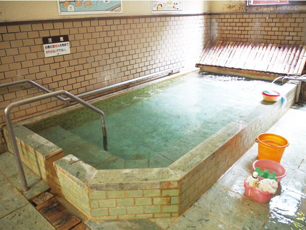 浴場横に備わる、高温の湯が竹枝を流れる間に冷めて適温になる仕組みの「竹製冷却装置」も必見 / 渋の湯