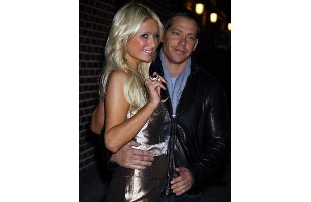 パリスは恋人のサイ・ウェイツ(右)と共にロサンゼルスで買物。その後、ネイルサロンに立ち寄ったようだ