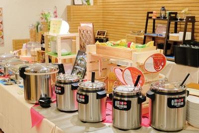 ビュッフェスペースにはカレーだけでなく、いろいろな料理やデザートが並ぶ / PARC
