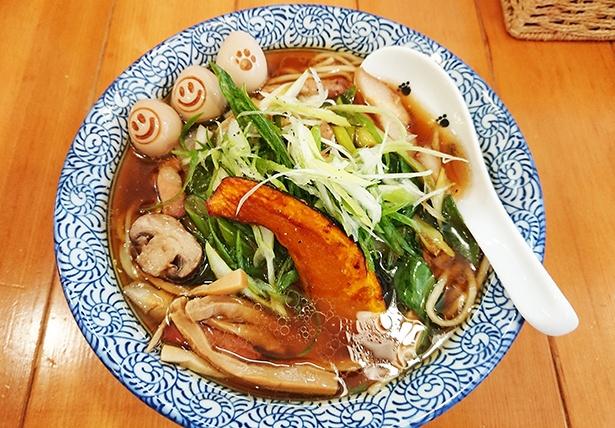ネギチャーシュー入りごちそうつゆそば(1,200円)。地元野菜もたっぷり