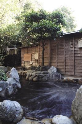 深大寺温泉ゆかり/風水露天風呂は風水を用い、開運エネルギーが湯に溜まるよう設計されている