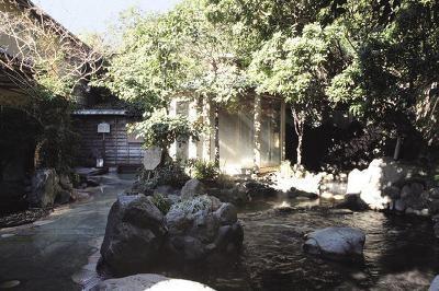 深大寺温泉ゆかり/飛泉と木漏れ日が秘境を思わせる「滝見風呂」