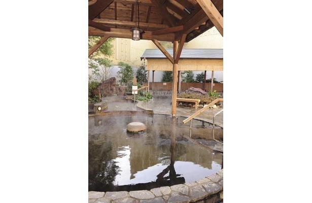 前野原温泉 さやの湯処/露天風呂は写真のほかにも寝ころび湯、つぼ湯など、計4つの湯が満喫できる