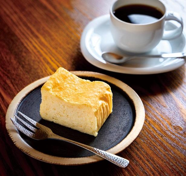 一番の人気を誇る三条チーズケーキ(手前・710円)。葦島ブレンド(奥・710円)はケーキとセットで100円引き/喫茶葦島