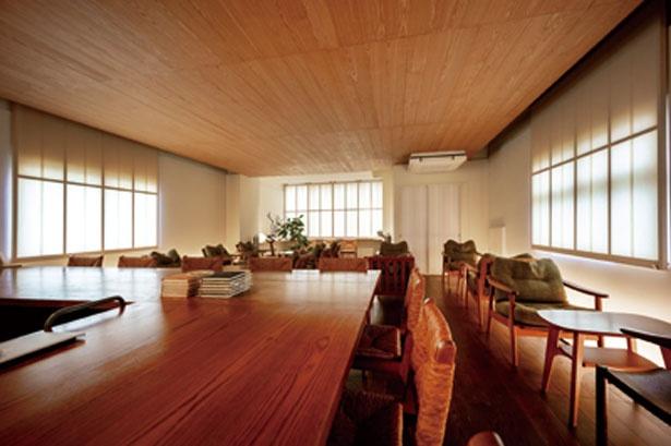 無垢の木材や和紙、カウンターの椅子に使われた葦など、天然素材を用いた落ち着きのある店内/喫茶葦島
