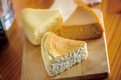 ゴルゴンゾーラのチーズケーキ(手前)、マスカルポーネのチーズケーキ(奥左)、生キャラメルとゴーダのチーズケーキ(奥右・560円)、テイクアウト(各410円)/フロマージェリーアルモニー