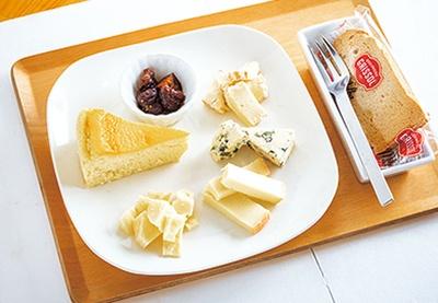 本日のチーズ4種とチーズケーキ1種を盛り合わせたチーズプレート(1320円)/フロマージェリーアルモニー