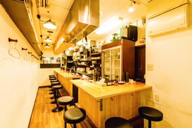 カウンターのみの店内は清潔感があり、女性客でも入りやすい。通し営業のため、ふらっと立ち寄れる/麺と出汁が絡むとき