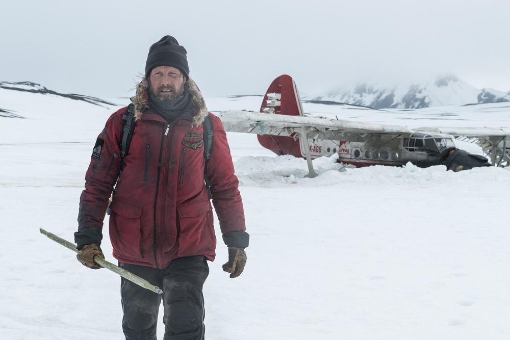 北極を舞台に、遭難した男・オボァガードのサバイバルを描く『残された者-北の極地-』
