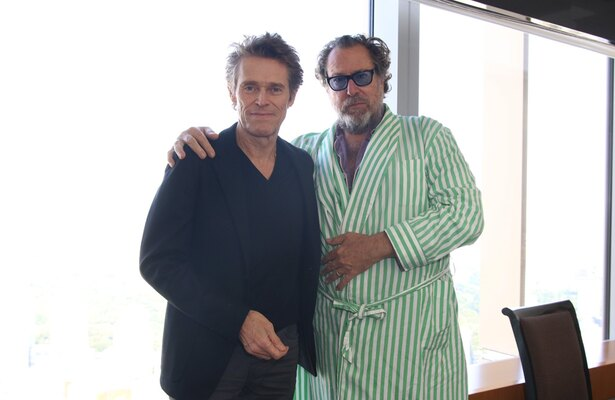 『永遠の門 ゴッホの見た未来』より、ジュリアン・シュナーベル監督(右)と主演のウィレム・デフォー(左)にインタビュー