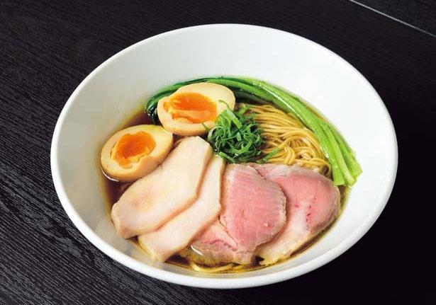 【写真を見る】「特製芳醇鶏そば(醤油)」(1200円)。力強い鶏清湯や想像力豊かな限定麺で関西のラーメンファンを魅了する!/麺や 福はら