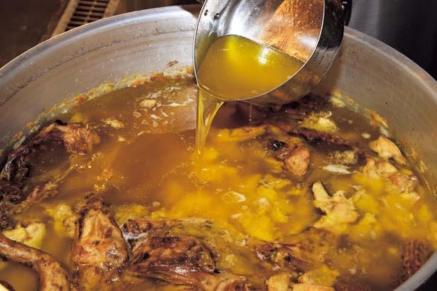 鶏の甘味&旨味を抽出するため大和肉鶏の鶏ガラ&丸鶏を使用/麺や 福はら