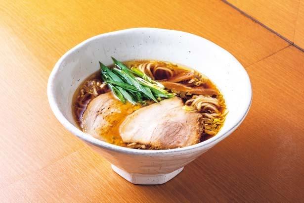 中華そば醤油(900円)。鶏と醤油をとことん突き詰めた旨と香りが鮮烈なネオ清湯/中華そば うえまち