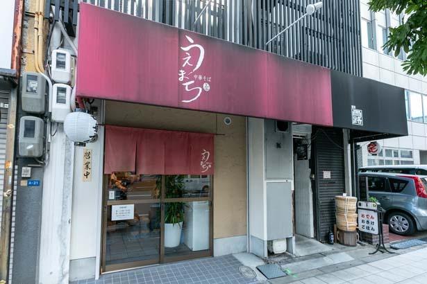 店は上町筋沿い。赤い看板が目印。奥に長く、席はカウンターのみ。奥には自家製麺用の製麺室も/中華そば うえまち