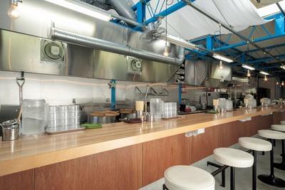 工場跡地をリノベートした店内。天井が高く、開放的な空間/ぶたのほし