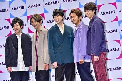 【写真を見る】笑顔の5人。写真左から二宮和也、相葉雅紀、松本潤、大野智、櫻井翔