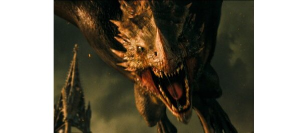 巨大なドラゴンが襲いかかる