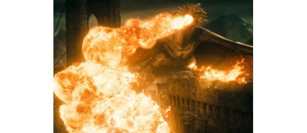 炎を吐きながら暴れ回るドラゴン