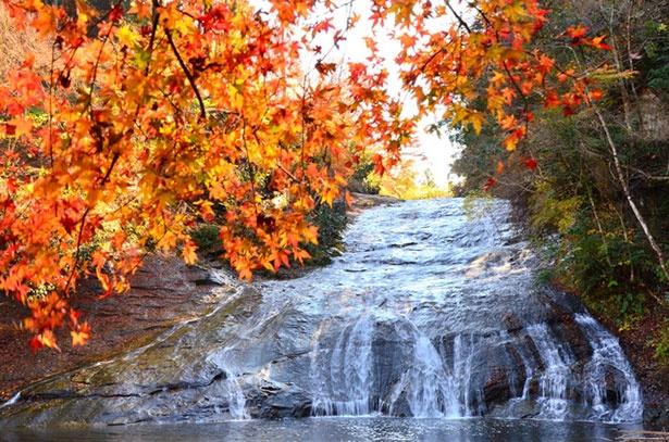 100メートルに渡り岩肌を滑り落ちるように流れる滝が多くの人を魅了する
