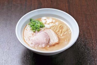 【写真を見る】おしげパイタン(850円)。丁寧にこして濃縮させる濃厚でなめらかな鶏白湯/麺や 一芯