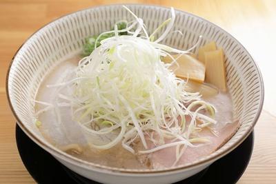 濃厚鶏白湯らーめん(700円)。西洋料理の技術を応用して鶏の旨味を凝縮した白湯を/わ河馬