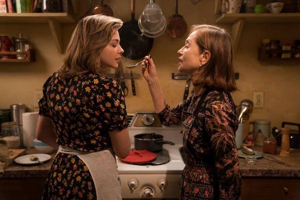 落とし物をきっかけに母子のように親しくなる女性たちを演じたイザベル・ユペールとクロエ・グレース・モレッツ(『グレタ GRETA』)