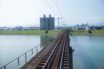 駅を出発!列車が街を離れていくと、澄んだ景色が広がっていく