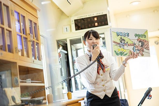 客室乗務員が手作りの紙芝居で「海幸彦・山幸彦」神話を披露