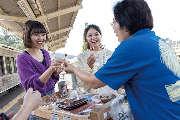 飫肥駅のホームでは特産品の紹介や販売を実施。試食もできて嬉しい♪