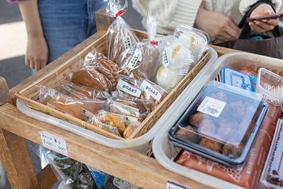 地元特産のお菓子はお土産にも最適!地元の方におすすめ商品を聞いてみよう。