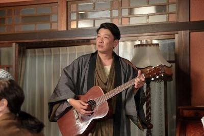 木本武宏演じる田中雄太郎はギターを披露※写真は「スカーレット」より