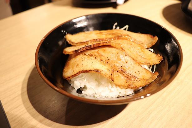 青森で人気の「源たれ」を使った豚バラ丼。「上北丼」(350円)