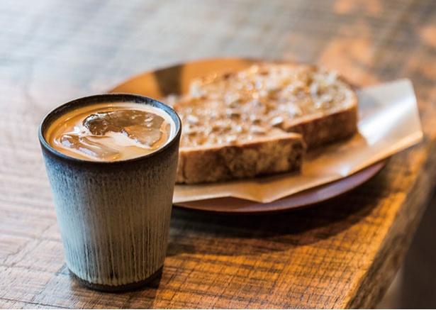 【写真を見る】KAMAKIRI COFFEE / 「トーストとドリンクのセット」(900円・税込)。カンパーニュを使ったオープントーストはハニー(写真)、アボカド、シナモンの3種類