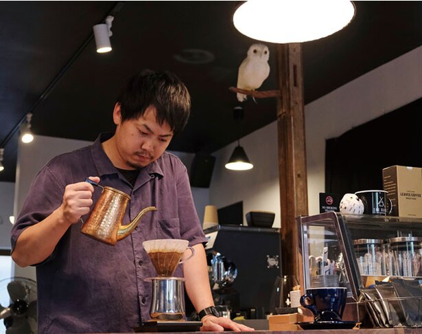 KUROMON COFFEE / 客席の前でドリップを行う