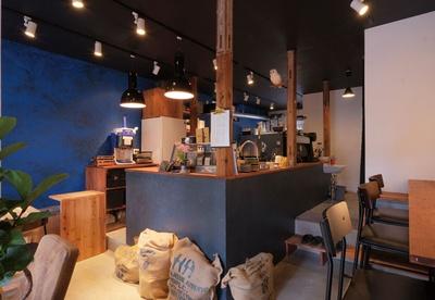 KUROMON COFFEE / 和の建物と藍色の壁が調和する。4種用意する豆はシングルオリジンを充実させる予定