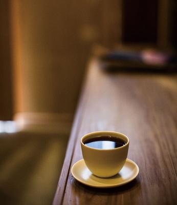 FILTER SUPPLY / コーヒーはハンドドリップのみ。ドリッパーは、落ちるスピードが均一で速い、KINTOの陶器製円錐形
