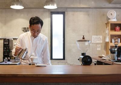 珈琲いわくま / カウンターはアサメラの一枚板を使用。ミルの蓋は天草の木工作家・吉田健吾氏に特注