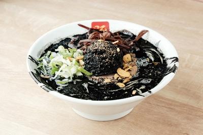 黒い味噌と黒いスープが見た目のインパクト大。「黒神」(税込 980円) / 麵屋豚神