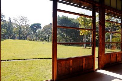 戸定邸表座敷の縁側から芝生の広がる庭園を望む
