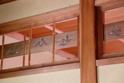 離座敷の欄間には母方の家紋である竹と雀があしらわれている