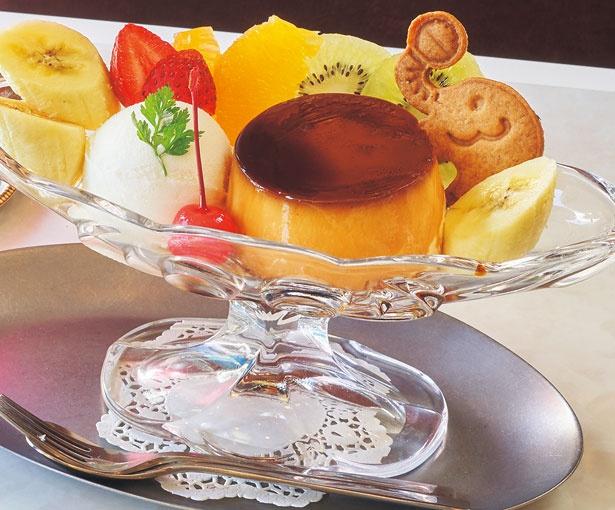 プリンアラモード(880円)。素朴で優しい甘さのプリンやフルーツを脚付きの器に華やかに盛り付け/喫茶ゾウ